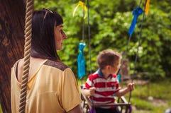 Μητέρα και αγόρι στην ταλάντευση Στοκ εικόνες με δικαίωμα ελεύθερης χρήσης
