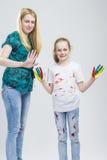 Μητέρα και αυτή λίγη καυκάσια ξανθή κόρη που έχει το χρόνο χρωμάτων χεριών και προσώπου από κοινού Στοκ φωτογραφία με δικαίωμα ελεύθερης χρήσης