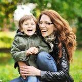 Μητέρα και αυτή λίγος γιος που έχει τη διασκέδαση σε ένα πάρκο Στοκ φωτογραφία με δικαίωμα ελεύθερης χρήσης