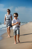 Μητέρα και αυτή λίγος γιος που παίζει στην παραλία Στοκ φωτογραφία με δικαίωμα ελεύθερης χρήσης
