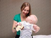 Μητέρα και αυτή λίγος γιος στο σπίτι Στοκ εικόνες με δικαίωμα ελεύθερης χρήσης