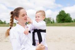 Μητέρα και αυτή λίγος γιος σε ένα κιμονό Έννοια της αθλητικής οικογένειας Στοκ Φωτογραφία
