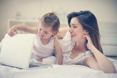 Μητέρα και αυτή λίγο μωρό στο σπίτι Μητέρα με το μωρό της watchin Στοκ εικόνα με δικαίωμα ελεύθερης χρήσης