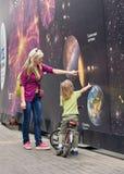 Μητέρα και γιος για το ηλιακό σύστημα εμβλημάτων Στοκ Φωτογραφία