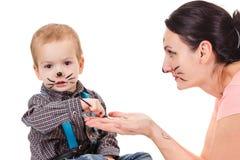 Μητέρα και γιος με τη γάτα makeup Χιούμορ, διασκέδαση, ευτυχής παιδική ηλικία Στοκ φωτογραφία με δικαίωμα ελεύθερης χρήσης