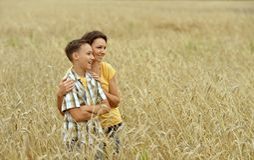 Μητέρα και γιος με τους αντίχειρες επάνω Στοκ φωτογραφία με δικαίωμα ελεύθερης χρήσης
