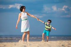 Μητέρα και γιος που έχουν τη διασκέδαση κατά τη διάρκεια των διακοπών παραλιών Στοκ εικόνα με δικαίωμα ελεύθερης χρήσης