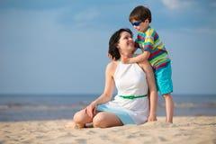Μητέρα και γιος που έχουν τις διακοπές παραλιών διασκέδασης Στοκ Φωτογραφίες