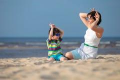 Μητέρα και γιος που έχουν τις διακοπές παραλιών διασκέδασης Στοκ φωτογραφία με δικαίωμα ελεύθερης χρήσης