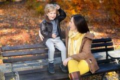 Μητέρα και γιος που απολαμβάνουν στο πάρκο Στοκ φωτογραφίες με δικαίωμα ελεύθερης χρήσης