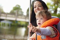 Μητέρα και γιος που απολαμβάνουν την ημέρα έξω στη βάρκα στον ποταμό από κοινού Στοκ εικόνα με δικαίωμα ελεύθερης χρήσης