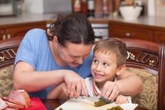 Μητέρα και γιος που κατασκευάζουν την πίτσα από κοινού Στοκ Φωτογραφίες