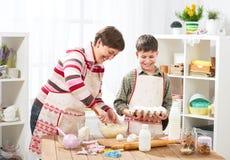 Μητέρα και γιος που μαγειρεύουν στο σπίτι οικογένεια ευτυχής τρόφιμα έννοιας υγιή Στοκ Εικόνες