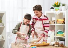 Μητέρα και γιος που μαγειρεύουν στο σπίτι οικογένεια ευτυχής τρόφιμα έννοιας υγιή Στοκ Φωτογραφία