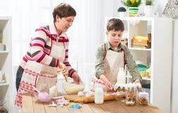 Μητέρα και γιος που μαγειρεύουν στο σπίτι οικογένεια ευτυχής τρόφιμα έννοιας υγιή Στοκ Φωτογραφίες