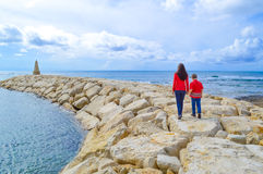 Μητέρα και γιος που περπατούν μακριά από κοινού Στοκ Εικόνες