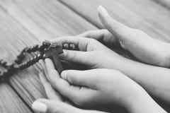 Μητέρα και γιος που προσεύχονται από κοινού στοκ φωτογραφίες