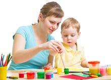 Μητέρα και γιος που σύρουν ή που χρωματίζουν που απομονώνονται μαζί Στοκ Φωτογραφίες