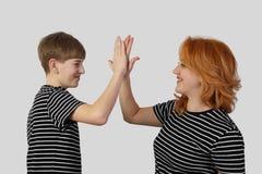 Μητέρα και γιος σε γκρίζο Στοκ φωτογραφίες με δικαίωμα ελεύθερης χρήσης