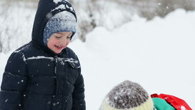 Μητέρα και γιος σε Wintertime απόθεμα βίντεο