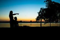 Μητέρα και γιος σκιαγραφιών που φαίνονται ηλιοβασίλεμα Στοκ Εικόνες