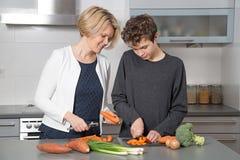 Μητέρα και γιος στην κουζίνα στοκ εικόνες