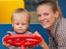 Μητέρα και γιος στην παιδική χαρά Στοκ Φωτογραφίες