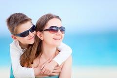 Μητέρα και γιος στην παραλία Στοκ Φωτογραφία