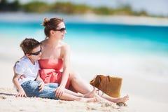 Μητέρα και γιος στην παραλία Στοκ φωτογραφία με δικαίωμα ελεύθερης χρήσης