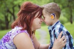 Μητέρα και γιος στο δάσος που έχει τη διασκέδαση στοκ εικόνα με δικαίωμα ελεύθερης χρήσης