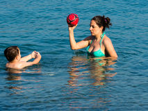Μητέρα και γιος στο νερό Στοκ Εικόνες