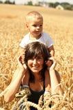 Μητέρα και γιος στο σιτάρι Στοκ φωτογραφίες με δικαίωμα ελεύθερης χρήσης
