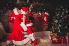Μητέρα και γιος στο δωμάτιο Χριστουγέννων Στοκ φωτογραφία με δικαίωμα ελεύθερης χρήσης