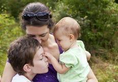 Μητέρα και δύο παιδιά Στοκ Εικόνες