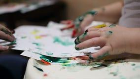Μητέρα και η ζωγραφική παιδιών της. απόθεμα βίντεο