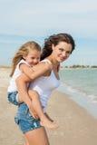 Μητέρα και η κόρη της που έχουν τη διασκέδαση στην παραλία Στοκ εικόνα με δικαίωμα ελεύθερης χρήσης