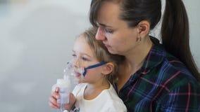 Μητέρα και η κόρη της που παίρνουν τη θεραπεία εισπνοής απόθεμα βίντεο