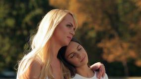 Μητέρα και η κόρη της σε έναν εναγκαλισμό απόθεμα βίντεο