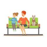 Μητέρα και η συνεδρίαση κορών της στην αίθουσα αναμονής με το σκυλί κατοικίδιων ζώων της και αναμονή για την επίσκεψη ενός γιατρο Στοκ Φωτογραφία