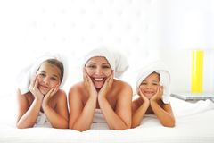Μητέρα και κορίτσια στα μπουρνούζια στο δωμάτιο μετά από το ντους Στοκ Εικόνα