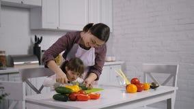 Μητέρα και κορίτσι με το κάτω σύνδρομο που μαγειρεύουν στο εσωτερικό απόθεμα βίντεο