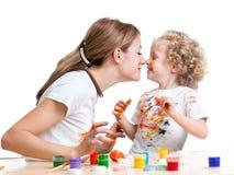 Μητέρα και κορίτσι παιδιών που χρωματίζουν και που έχουν τη διασκέδαση Στοκ Φωτογραφία
