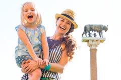 Μητέρα και κοριτσάκι μπροστά από το λύκο capitoline Στοκ Φωτογραφία