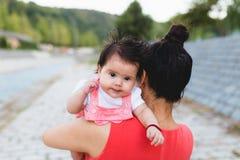 Μητέρα και κοριτσάκι που απολαμβάνουν υπαίθρια στοκ εικόνα με δικαίωμα ελεύθερης χρήσης