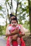 Μητέρα και κοριτσάκι που απολαμβάνουν υπαίθρια στοκ φωτογραφία