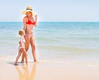 Μητέρα και κοριτσάκι που τρέχουν στην παραλία Στοκ εικόνες με δικαίωμα ελεύθερης χρήσης