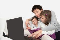 Μητέρα και κόρες με ένα lap-top Στοκ φωτογραφία με δικαίωμα ελεύθερης χρήσης