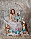 Μητέρα και κόρες που αναμένουν τα Χριστούγεννα Στοκ Εικόνες