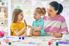 Μητέρα και κόρες που χρωματίζουν από κοινού Στοκ φωτογραφία με δικαίωμα ελεύθερης χρήσης