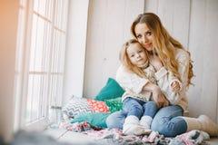 Μητέρα και κόρη από το παράθυρο στοκ φωτογραφίες με δικαίωμα ελεύθερης χρήσης